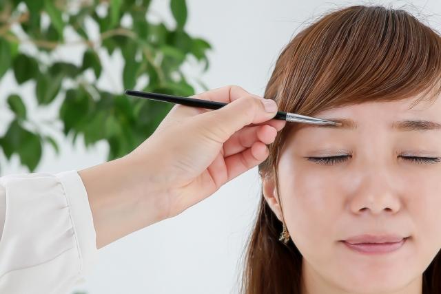 眉毛を書かれる女性