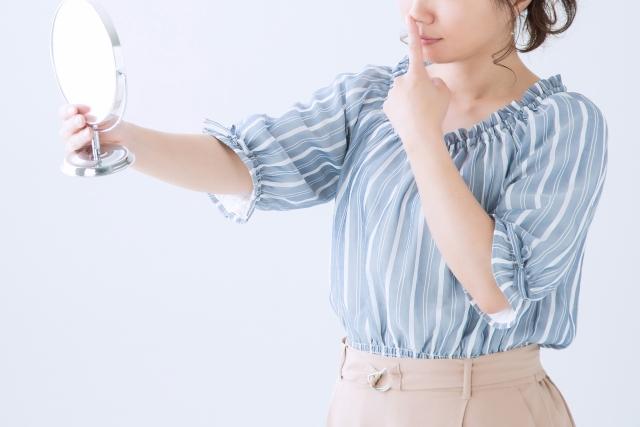 鏡を見る女性画像